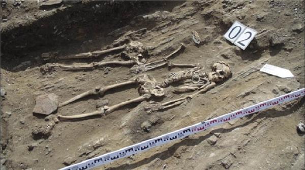 Các nhà khảo cổ cảm thấy cực kì thú vị khi phát hiện hai bộ xương cùng nắm chặt tay.