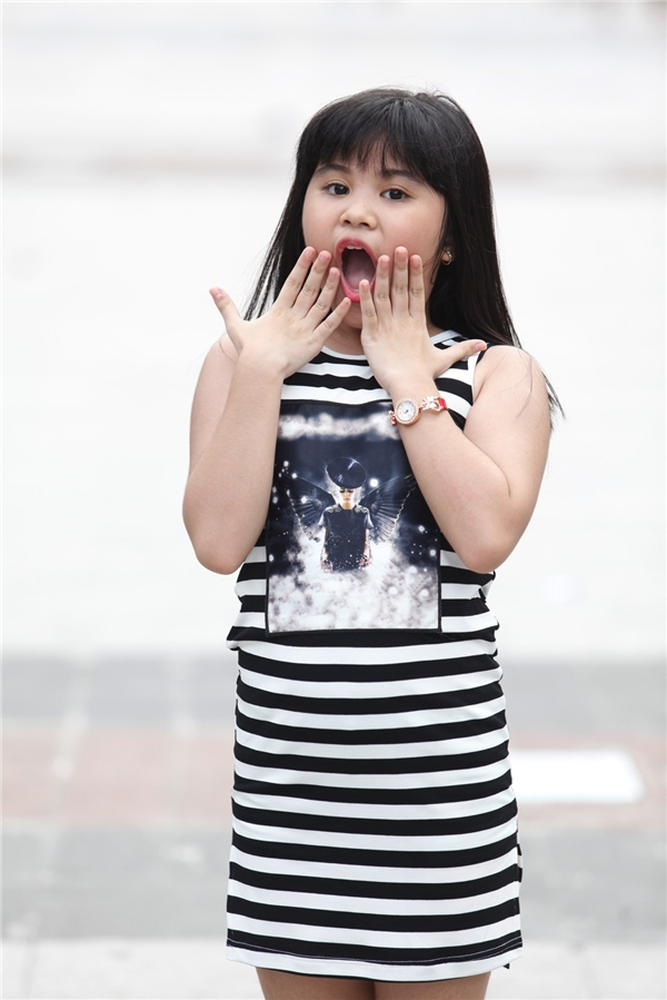 Gia Khiêm cười tít mắt, cõng Hồ Văn Cường làm loạn phố đi bộ