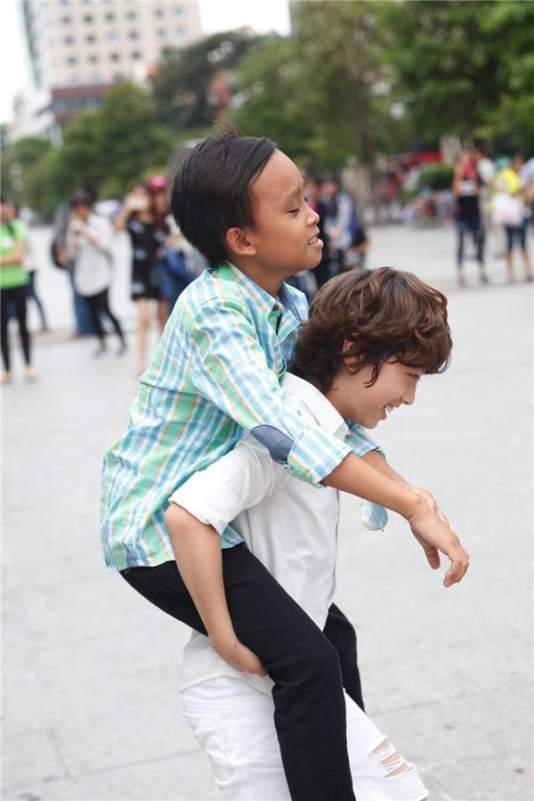 Gia Khiêm và Hồ Văn Cường cõng nhau, đùa giỡn trên phố.