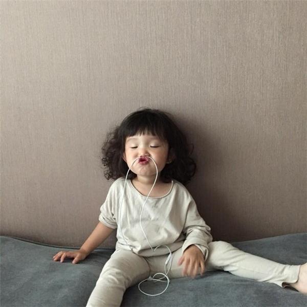 Ai mà chẳng mong sinh được một bé gái đáng yêu như thế.