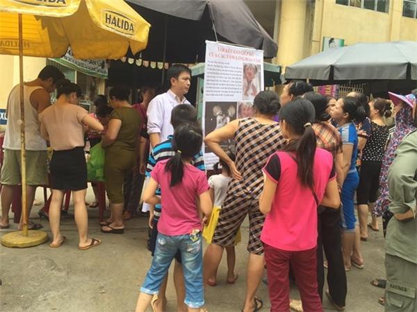 Người dân khu chợ huyện đến ủng hộ giúp đỡ hai đứa trẻ.(Ảnh Internet)