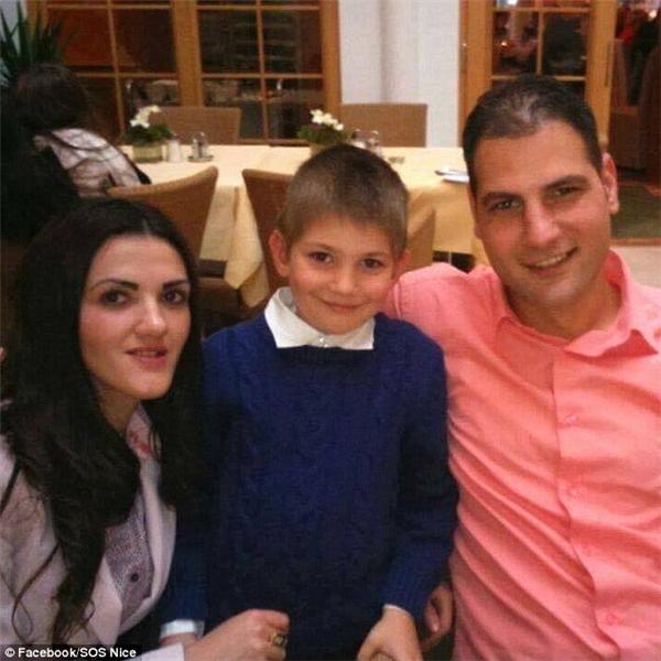 Rumani Adriana Coman (28 tuổi)bêntráivà Cristian Coman(34 tuổi) bênphảichụp ảnh chung với cậucon trai giấu tên cũng đang mất tích sau vụ tấn công.