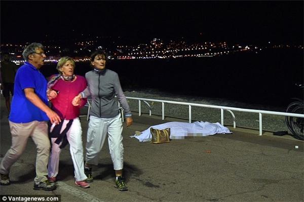 Ba người còn sống sót sau vụ tấn công đang cố gắng bám sát lấy nhau trong nỗi sợ hãi. (Ảnh: Vantage News)