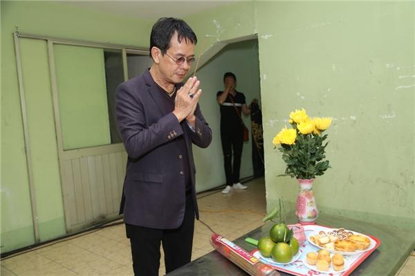 Nhạc sĩ Đức Huy khấn Tổ trước khi lên sân khấu - Tin sao Viet - Tin tuc sao Viet - Scandal sao Viet - Tin tuc cua Sao - Tin cua Sao