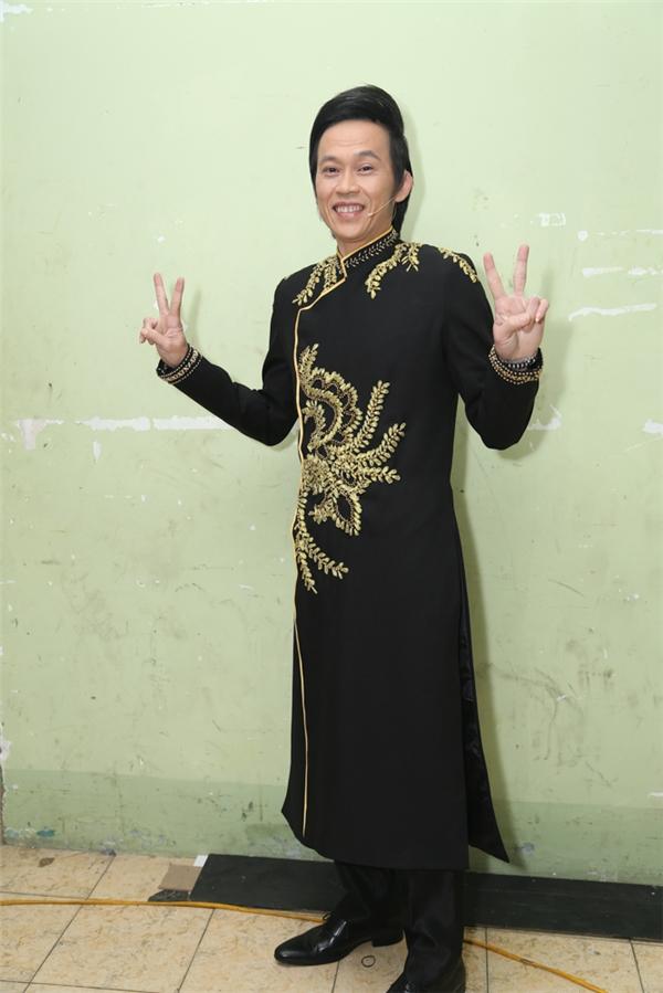 NSƯT Hoài Linh diện áo dài đen cùnghoạ tiết bắt mắt - Tin sao Viet - Tin tuc sao Viet - Scandal sao Viet - Tin tuc cua Sao - Tin cua Sao