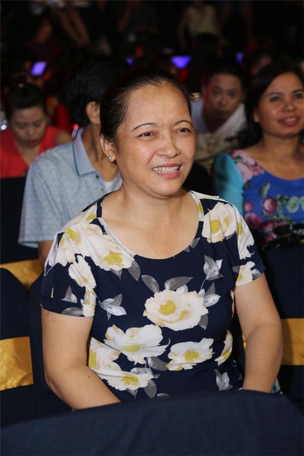 Mẹ của Hoà Minzy luôn bên cạnh con gái - Tin sao Viet - Tin tuc sao Viet - Scandal sao Viet - Tin tuc cua Sao - Tin cua Sao