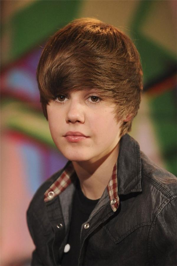 8 - 12/2009, Justin Bieberchỉ mới 15 tuổi,vẫn đangmò mẫm bước trên những nấc thang danh vọng. (Ảnh Internet)