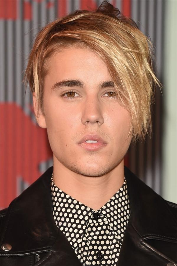 3/2015, suốt nhiều năm để tóc ngắn, cuối cùng Justin cũng quyết định thử nghiệm với tóc dài, nhưng có vẻ nó không hợp cho lắm thì phải. (Ảnh Internet)