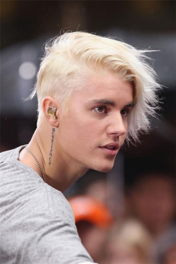 9/2015, tuy nhiên anh chàng vẫn rất hào hứng với kiểutóc dài. Justinchỉ thay đổi một tí trong phần tạo kiểu là cạo mất nửa bên cho hợp mốt thôi. (Ảnh Internet)