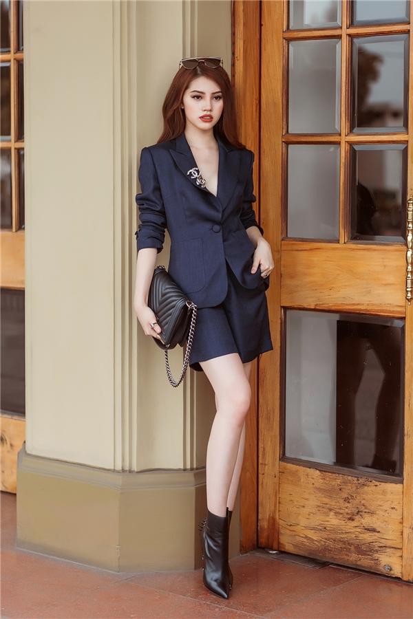 Thiết kế suit cổ điển mang màu sắc mới mẻ hơn nhờ sự kết hợp cùng quần lửng trên gối cũng như đường xẻ ngực sâu hút. Đặc biệt với những cô nàng có vòng 1 khiêm tốn, những thiết kế này vô cùng phù hợp, tránh gây cảm giác phô.