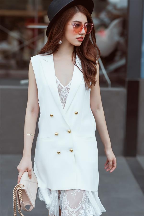 Thiết kế shirtdress với đường xẻ sâu hút được cô nàng tiết chế tối đa khi kết hợp cùng váy ren mỏng tang bên trong. Bộ đôi này được các tín đồ thời trang tích cực lăng xê trong hè năm nay.