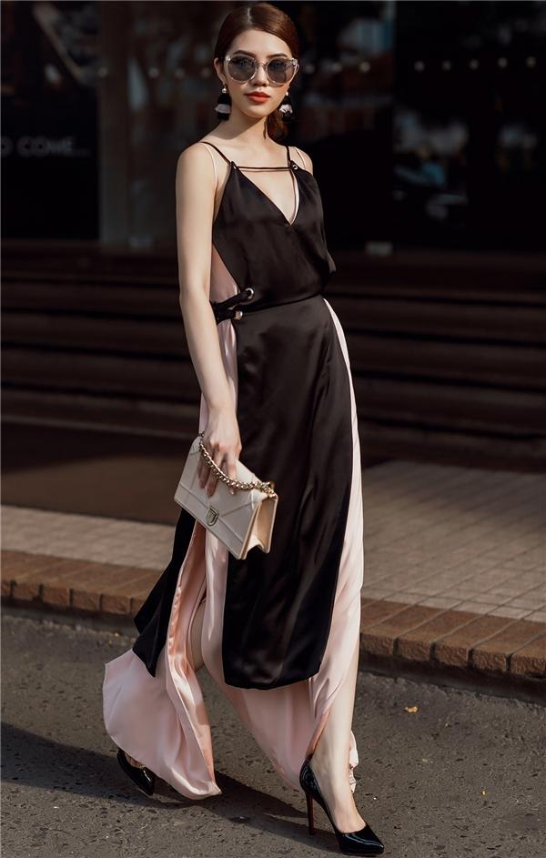 Sắc đen trầm mặc được phối cùng tông hồng pastel ngọt ngào mang đến sự dung hòa về màu sắc thú vị. Chất liệu lụa mềm mại tạo cảm giác thanh tao, quyến rũ, nhẹ nhàng cho người mặc.