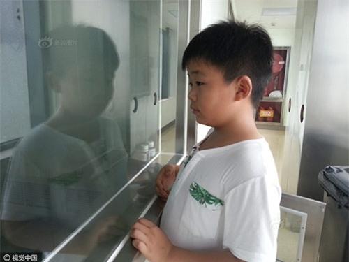Cao Yinpeng đứng ở bên ngoài phòng bệnh ngắm bố.