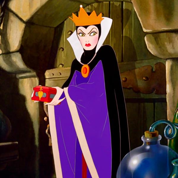 Sự đố kịchính là nguyên nhân chính khiến nàng Bạch Tuyết ngây thơ nhiều lần suýt đối diện với tử thần. Quá ám ảnh về sắc đẹp, người mẹ kế năm lần mười lượt quyết tìm cách thủ tiêu nàng công chúa kiều diễm kia. Sự tàn độc được thể hiện thông qua các thủ đoạnthâm hiểm của bà mẹ kế đã khiến không ít khán giả phải khiếp sợ.