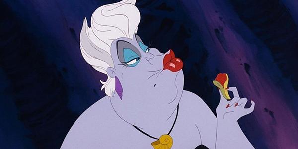 Với thân hình béo ú và trang điểm lòe loẹt của mình, Ursula khó có thể khiến bạn nhỏ nào sợ hãi. Tuy nhiên, 2 con rắn có đôi mắt quỷ dữ luôn hầu cận bên mụ lại là điều khiếnbất kì ai cũng phải kiêng dè. Đôi lúc hài hước nhưng bản chấtUrsula vẫn là mụ phù thủy độc ác. Mụ luôntìm ra điểm yếuvà cướp đi những giá trị quý báucủa kẻ khác một cách không thương tiếc.