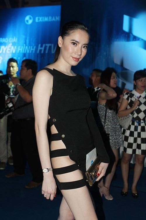 Chung Thục Quyêntừng diện thiết kế tương tự củaAndrea. Khi di chuyển, bộ váy này dễ gây ra sự cố cho các người đẹp nếu không cẩn thận.