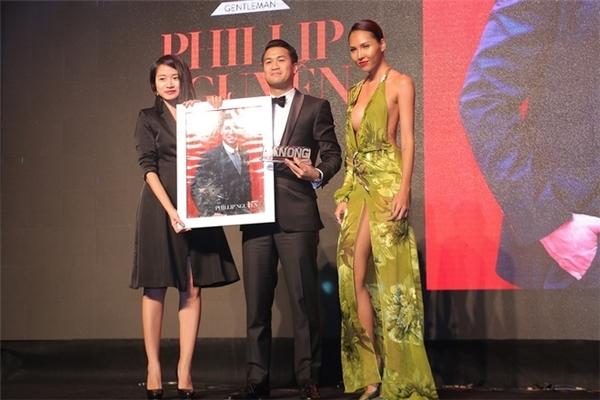 Một thiết kế khác cũng không kém cạnh chiếc váy đen củaMinh Triệu. Nữ người mẫu luôn trung thành với những trang phục gợi cảm như thế này.