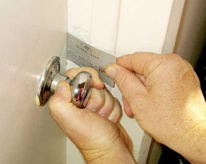 Thẻ ATM hoặc bìa cứng sẽ chèn ở đoạn giữa và đẩy lẫy khóa vào trong để mở cửa. (Ảnh: internet)