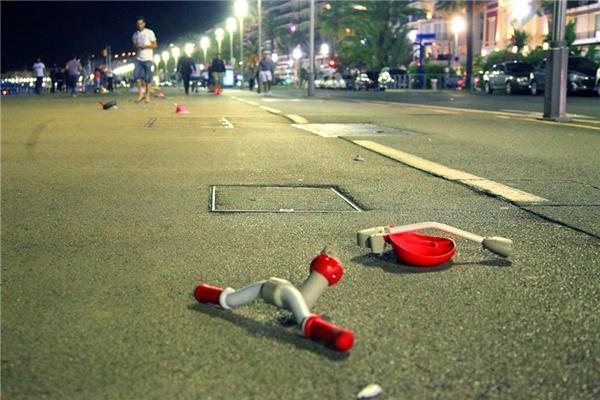 Mảnh vỡ đồ chơi của trẻ em được tìm thấytrên mặt đất sau vụ tấn công xe tảitrên Promenade des Anglais ở Nice, Pháp. (Ảnh: Stringer)