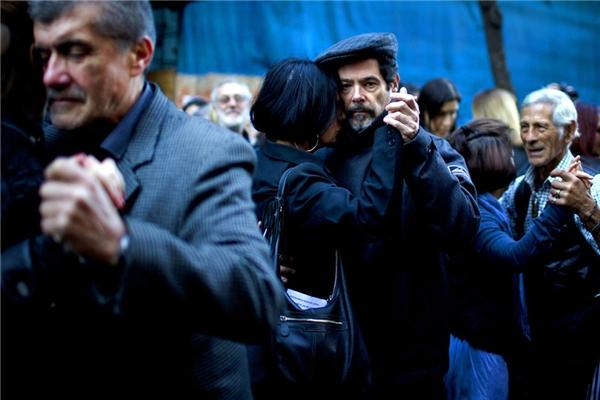 Các cặp vợ chồng nhảy tango trên đường phố tại Buenos Aires, Argentina, thay chomột lời phản đốiviệcgia tăng 400%trong hóa đơn tiền điện và khí đốt. Thực tế,họ có thể phải đóng cửa sản xuất do thiếu tiền để chi trả cho việctăng giá.(Ảnh: Natacha Pisarenko)