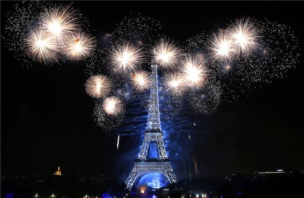 Pháo hoa nổ quanh tháp Eiffel là một phần của lễ Quốc khánhtại Paris, Pháp.(Ảnh: Thierry Chesnot)