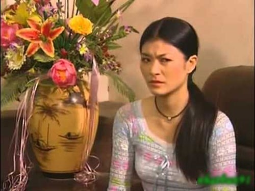 """Kim Oanh là diễn viên được rất nhiều người nhớ đến trong phim Những ngọn nến trong đêm. Trong phim, Kim Oanh đóng vai Tuyết, một cô gái xảo quyệt. Vai diễn này quá ấn tượng đến nỗi khán giả yêu mến Kim Oanh luôn tặng cho nữ diễn viên danh hiệu """"người đàn bà ác nhất màn ảnh"""". - Tin sao Viet - Tin tuc sao Viet - Scandal sao Viet - Tin tuc cua Sao - Tin cua Sao"""