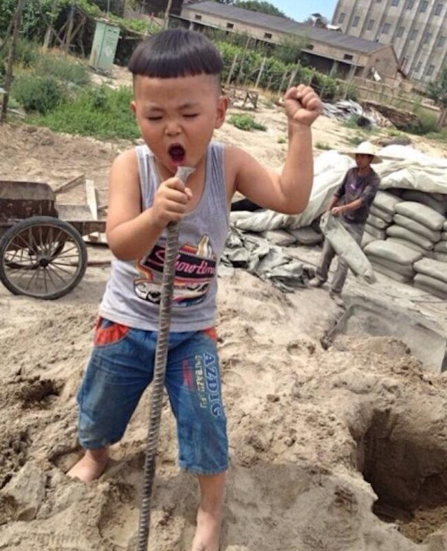 Bức ảnh người cha nhìn con say sưa ca hát gây bão mạng xã hội