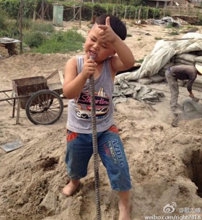 Cậu bé mới chỉ 4 tuổi nhưng đã sớm bộc lộđam mê vớinhạc rock.