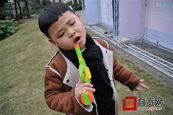 Nhiều người cho rằng gia đình nên đưa cậu bé đi tham dự chương trình tìm kiếm tài năng âm nhạc nhí.