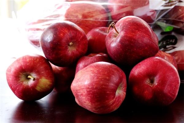 Cẩn thận khi ăn táo không gọt vỏ, nếu chưa biết cách xử lí lớp sáp này