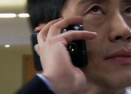 """Trong phim """"Mr Big"""", mặc dù cầm ngược điện thoại nhưngnam chính này vẫn căng thẳng như đang nhận được cuộc gọi thực vậy."""