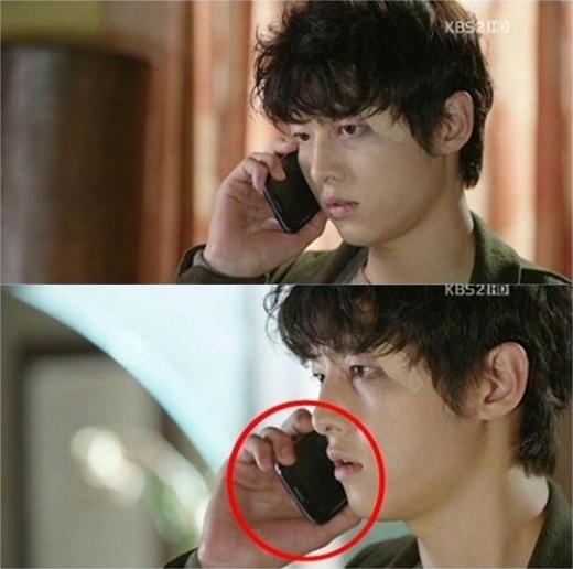 """Trong phim """"Nice Guy"""", nhân vật Kang Maru (Song Joong Ki) nhận được một cúđiện thoại từ Han Jae Hee (Park Shi Yeon). Sẽ chẳng có gìđáng nói nếuSong Joong Ki nói chuyện thoải mái mà khôngcầm ngược điện thoại như thế. Nhìn biểu cảm rất thật của anh chàng có thể hiểu trình diễn sâu đến mức nào."""