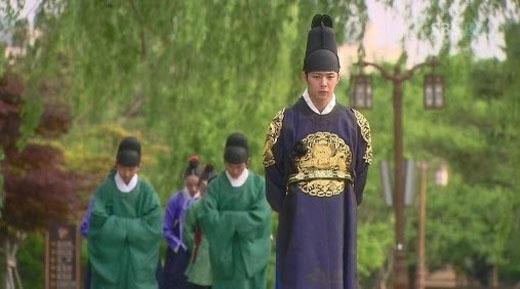 Không cần đến 3 giây cũng có thể nhận ra cảnh quay này sai sai chỗ nào rồi. Vâng, đó chính là việc thái tử Joseon đang đi dạo cạnh cột đèn của thời hiện đại.