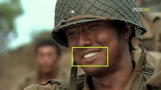 """Chiến binh So Ji Sub trong """"Road No.1""""dù chiến trận diễn ra khốc liệt vẫn chăm đánh răng lắm mới có hàm răng trắng tinh như thế."""