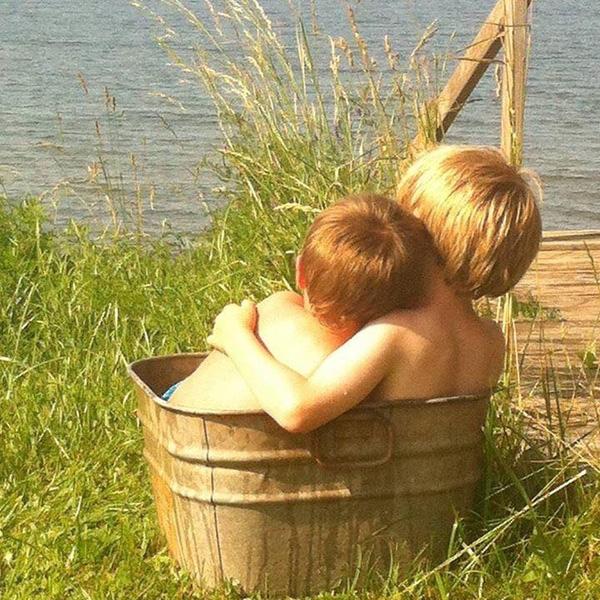 Từ nhỏ, hai anh em đã chùng nhau chơi đùa, chia sẻ như những người bạn thân thiết nhất của nhau. Chỉ lớn hơn em gần 2 tuổi, nhưng Griffin luôn tỏ ra mình là một người anh lớn và dành cho em những cử chỉ chăm sóc, che chở vô cùng dịu dàng và ấm áp.