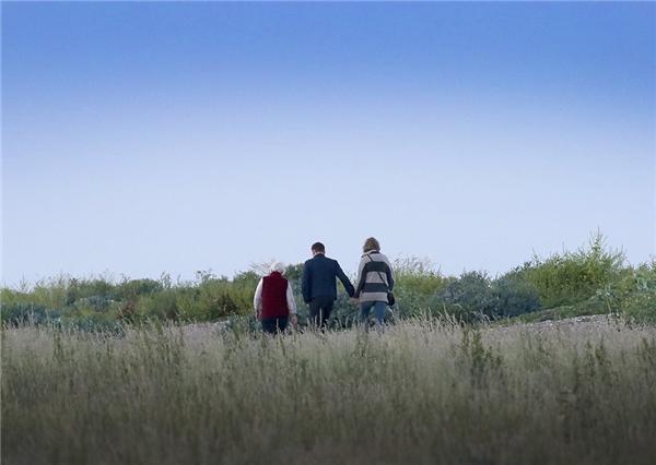 Taylor cùng với Tom và mẹ của anh trong chuyến đi du lịch thân mật ở Anh.
