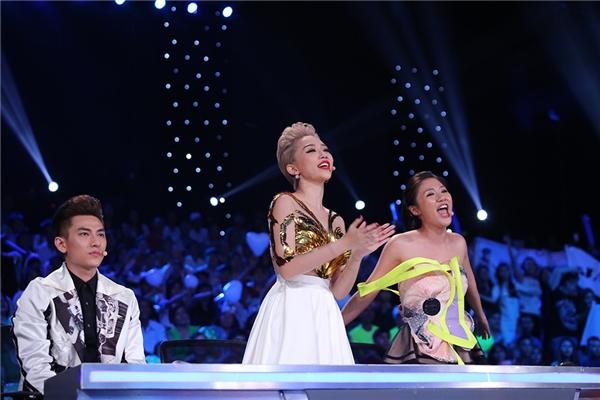 Bộ ba giám khảo đã đứng lên và hoà giọng cùng Jayden trong một ca khúc vô cùng ý nghĩa như thế này. Giám khảo Văn Mai Hương còn hài hước đùa rằng Jayden - Tin sao Viet - Tin tuc sao Viet - Scandal sao Viet - Tin tuc cua Sao - Tin cua Sao