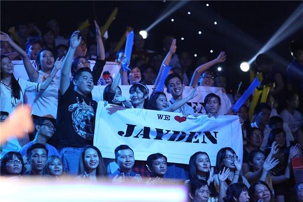 """Xuất hiện với hình ảnh lịch lãm kết hợp cùng giọng hát ngọt ngào, da diết, tiết mục của Jayden thật sự khiến cả trường quay """"bùng nổ"""". - Tin sao Viet - Tin tuc sao Viet - Scandal sao Viet - Tin tuc cua Sao - Tin cua Sao"""