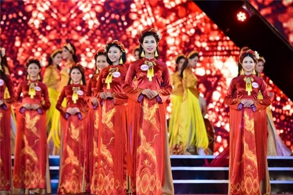 . Ở phần đồng diễn ban đầu, 32 thí sinh khoe sắc rực rỡ trong những thiết kế áo dài cổ điển được in họa tiết chim hạc, trống đồng thể hiện nét đẹp văn hóa truyền thống của người Việt Nam.