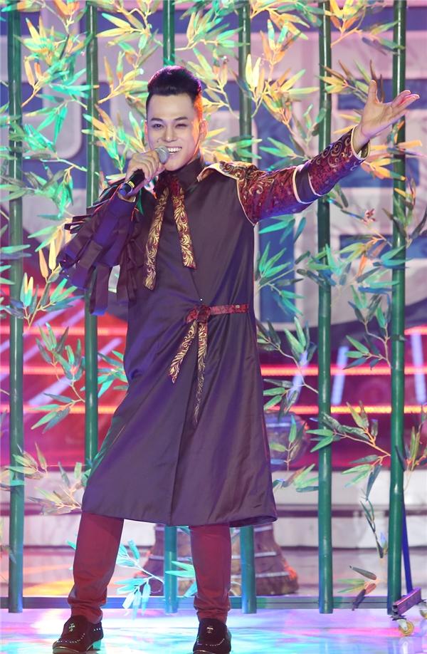 """Nữ giám khảoMỹ Linh thì cho rằng, Phan Ngọc Luân hao hao giọng ca """"Con cò""""về vóc dáng, nốt ruồi và cả giọng hát. Tuy nhiên nếu Tùng Dương càng hát càng thăng hoa, bùng cháy thì nam thí sinh chưa có điều đó. - Tin sao Viet - Tin tuc sao Viet - Scandal sao Viet - Tin tuc cua Sao - Tin cua Sao"""