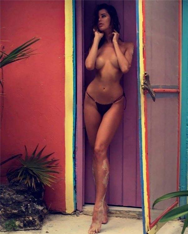 Bên cạnh đó cô nàngcũng có những tấm ảnh khoe thân nóng bỏng khó cưỡng.