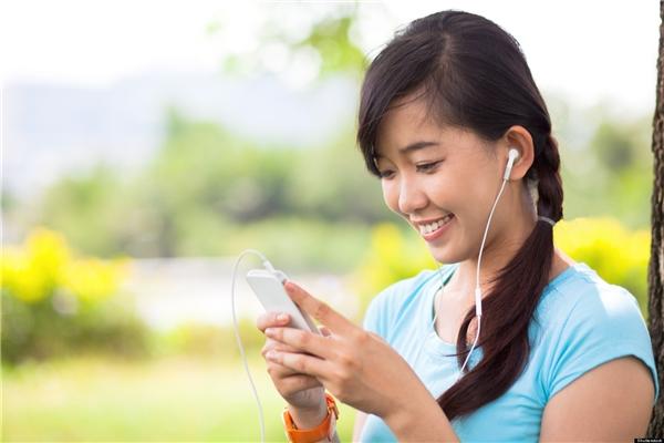 Bạn nên dùng headphone để nghe nhạc, tránh ảnh hưởng người xung quanh. (Ảnh: internet)