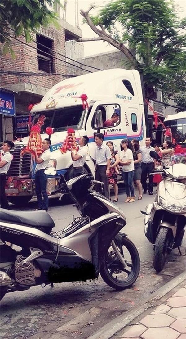 Chú rể Cao Bằng chơi đẹp rước cô dâu bằng đầu kéo xe container