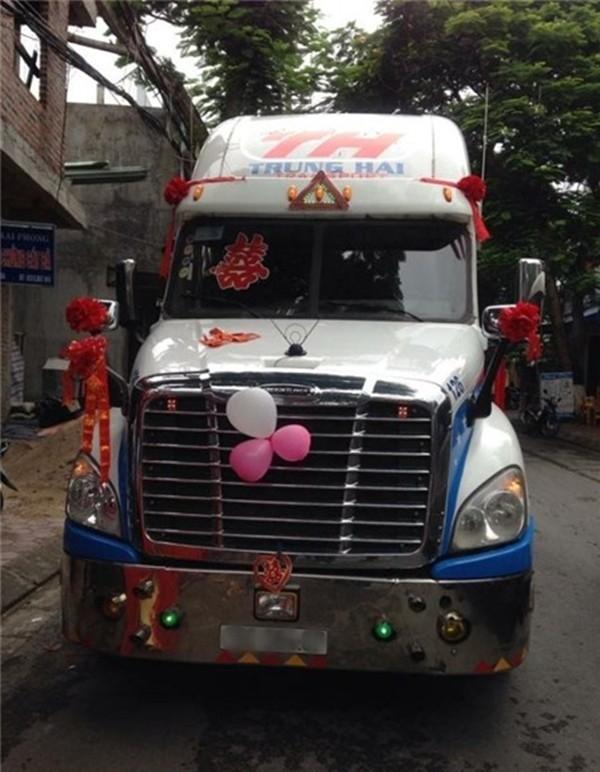 Vào khoảng đầu tháng 7/2015, dân mạng cũng đã từng xôn xao với hình ảnh chiếc xe đầu kéo container đi đón dâu tại Hải Phòng. (Ảnh: Internet)