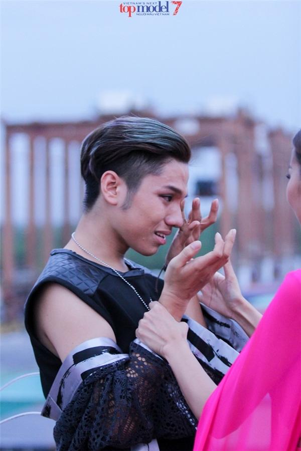Chàng trai có chiều cao khiêm tốn Phạm Gia Long cũng không kiềm được nước mắt bởi chứng sợ độ cao. Thử thách này được xem là khó khăn nhất trong những mùa giải vừa qua của Vietnam's Next Top Model.