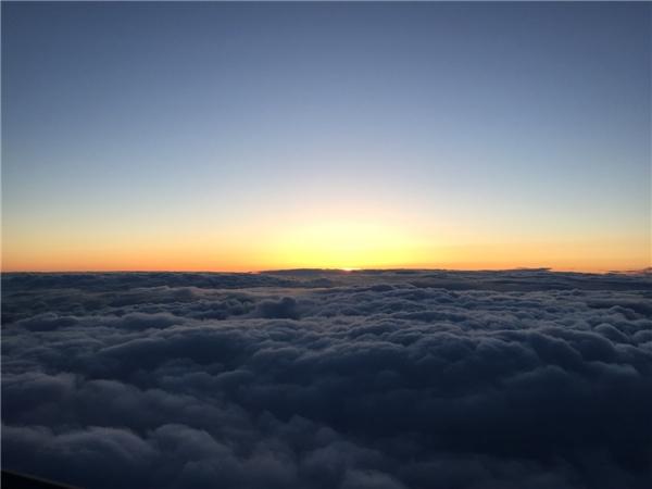 Mặt trời dần ló dạng sau biển mây.(Ảnh: Business Insider)
