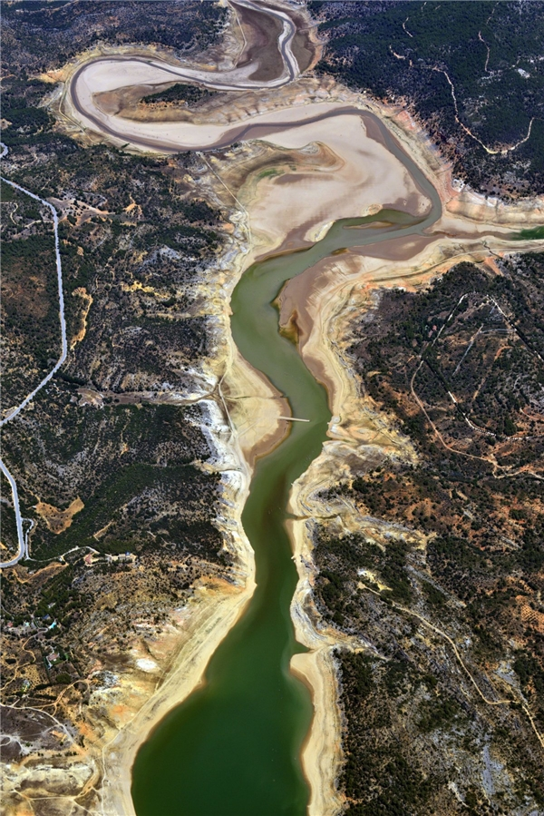 Dòng Tagus như một con rắn lục khổng lồ nằm giữa thiên nhiên Tây Ban Nha.(Ảnh: Business Insider)