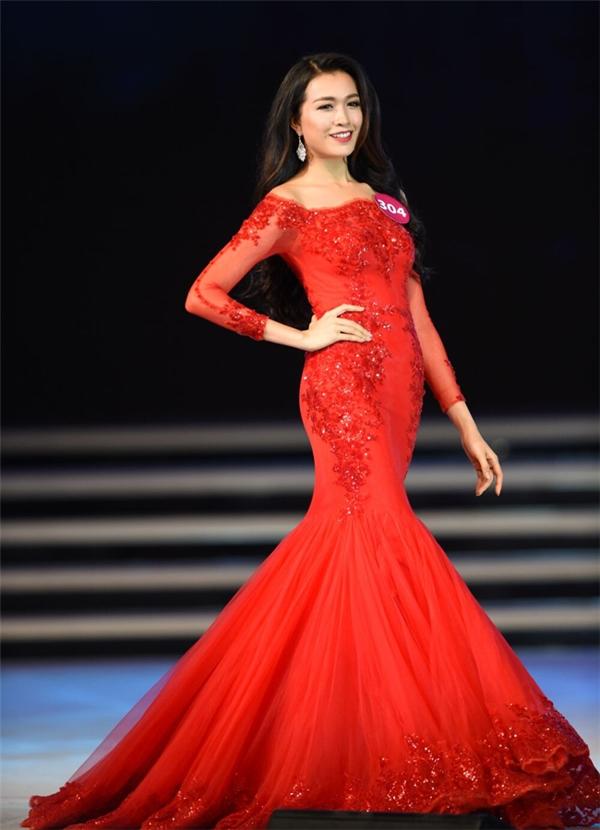 """Thiết kế này được cho rằng """"mượn"""" ý tưởng từ bộ váy mà nhà thiết kế Chung Thanh Phong thực hiện cho Á hậu Lệ Hằng trong đêm chung kết Hoa hậu Hoàn vũ Việt Nam 2015. So về chất liệu có thể thấy sự chênh lệch rõ rệt giữa thiết kế gốc và sản phẩm copy."""