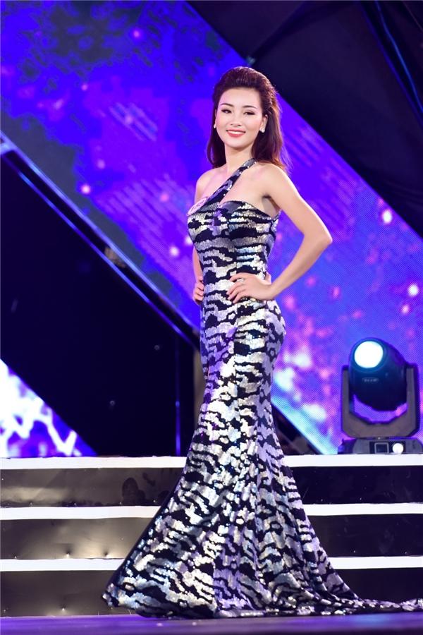 Thiết kế với chất liệu ánh kim luôn được ưa chuộng ở các cuộc thi nhan sắc bởi vẻ ngoài nổi bật, thu hút. Và một thí sinh của Hoa hậu Việt Nam 2016 vòng chung khảo phía Bắc đã chọn diện phom váy đuôi cá chéo vai thêm phần quyến rũ.
