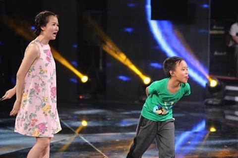 """Biểu cảm """"yêu không thể tả"""" của Quán quân Vietnam Idol Kids 2016 trong lúc đang tập luyện cùng nữ ca sĩ Võ Hạ Trâm. - Tin sao Viet - Tin tuc sao Viet - Scandal sao Viet - Tin tuc cua Sao - Tin cua Sao"""